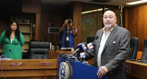 Alcalde de Sweetwater Orlando López, interpuso una demanda contra la junta de comisionados del Ayuntamiento.