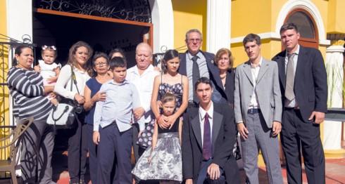 Rubén Darío Salgado y Rubén Darío Lacayo, nieto y bisnieto de Rubén Darío, respectivamente, se reunieron junto a sus familias en el homenaje. LAPRENSA/JADER FLORES