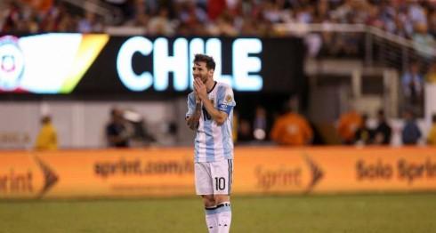 Lionel Messi, tras fallar su penalti en la final contra Chile. LA PRENSA/Agencias.