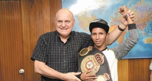 Byron Rojas junto a Renzo Bagnariol, vice presidente de la Asociación Mundial de Boxeo (AMB). Foto: Jorge Torres