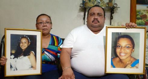 Sandra Isabel Pantoja y Mario Rivas Rodríguez sostienen los retratos de sus hijas Ana Gabriela (izquierda) y Raquel (derecha), fallecidas en un incendio el 8 de septiembre de 2006. LA PRENSA/Jader Flores.