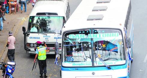 Aunque los agentes de tránsito regulan la circulación de vehículos en la UCA, los conductores de microbuses hacen lo que quieren. LA PRENSA/ ARCHIVO
