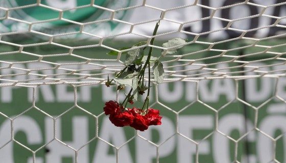 Miles de aficionados han ofrecido muestras de cariño a las familias de los jugadores fallecidos del Chapecoense. Aquí, una rosa sujeta a las redes de un arco del Arena Conda, en Chapecó, Brasil. LA PRENSA / Agencias.