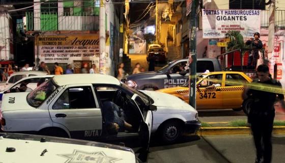 Un hombre yace muerto en su taxi en Acapulco, México, donde al menos cinco personas fueron asesinadas durante las celebraciones de año nuevo 2017. LA PRENSA / AP