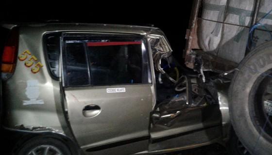 El taxi con daños totales en su carrocería tras impactar contra el camión aparcado y cargado de maní. LA PRENSA / S. Martínez.
