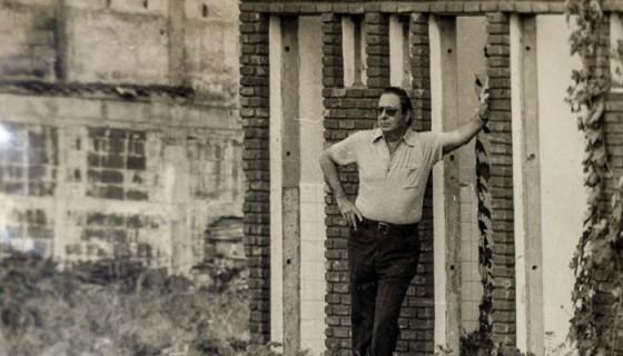 Pedro Joaquín Chamorro Cardenal posando en los escombros de Managua, en 1976. LA PRENSA / Cortesía de Pedro Joaquín Chamorro Barrios, autor de la fotografía.