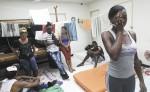 Víctor Berrío, director de la Pastoral Social de Cáritas Panamá,  informa a un grupo de cubanos las novedades migratorias anunciadas el jueves por Estados Unidos. LA PRENSA/EFE