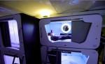 Un turista dentro de una cápsula espacial en el albergue Subspace en el centro de Zagreb, Croacia. EFE
